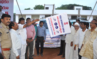 The MLA, Yemmiganur, Shri B.V. Jayanageshwar Reddy flagging off the Directorate of Filed Publicity vehicle in connection with the Public Information Campaign, in Yemmiganur, Kurnool, Andhra Pradesh on October 06, 2015.