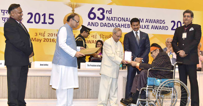 President gives away National film awards for 2015