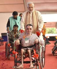 The Prime Minister, Shri Narendra Modi distributing the aids and equipment, at the Saamaajik Adhikaarita Shivir, in Vadodara, Gujarat on October 22, 2016.