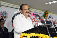 The Vice President, Shri M. Venkaiah Naidu addressing the Members from Advocates Associations of Andhra Pradesh & Telangana, in Hyderabad on November 20, 2017.