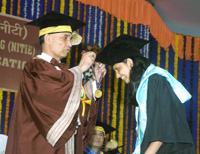 The Minister of State for Human Resource Development and Water Resources, River Development and Ganga Rejuvenation, Dr. Satya Pal Singh presenting the Gold Medal to an engineering student, at 23rd Convocation of the National Institute of Industrial Engineering (NITIE), in Mumbai on September 23, 2017.